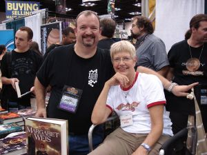 Fuente: http://en.wikipedia.org/wiki/Dragonlance#/media/File:Tracy_Hickman_and_Margaret_Weis_-_GenCon_2008.jpg